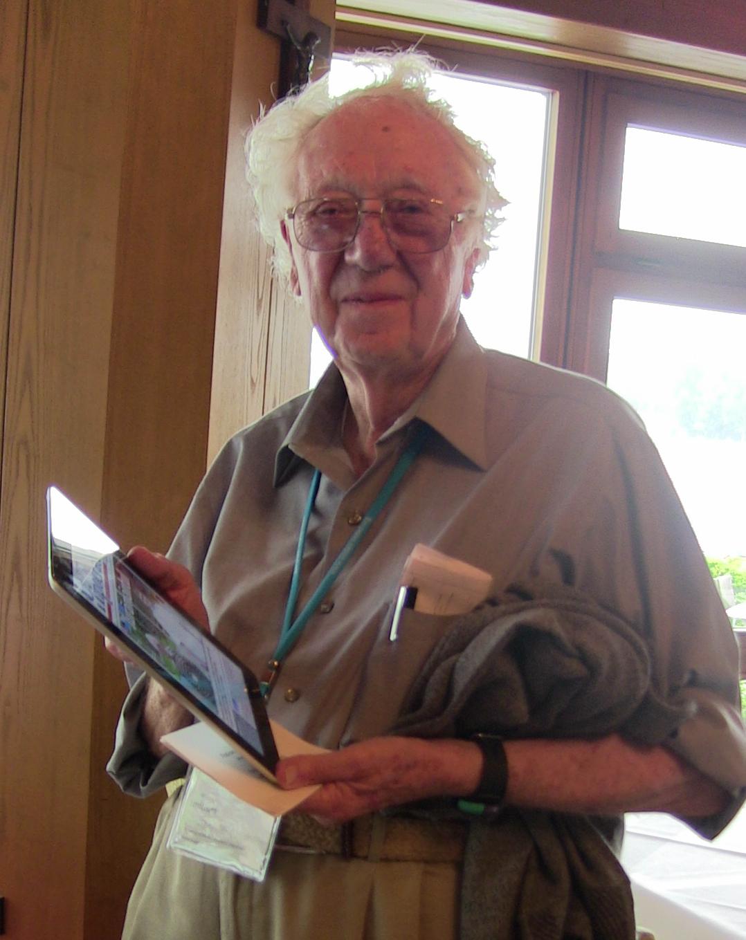Profesorul Oliver Smithies și un iPad pe care se poate vedea coperta revistei Hipocrate din toamna anului 2007, ediție în care a fost protagonistul principal